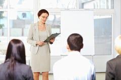 Professor com os estudantes no seminário Imagens de Stock