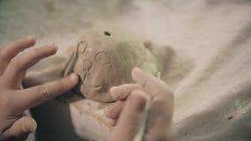 Professor da oficina do trabalho da cerâmica da roda de mãos do oleiro da argila e aluno 4k da menina video estoque