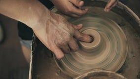 Professor da oficina do trabalho da cerâmica da roda de mãos do oleiro da argila e aluno 4k da menina vídeos de arquivo