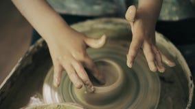 Professor da oficina do trabalho da cerâmica da roda de mãos do oleiro da argila e aluno 4k da menina filme