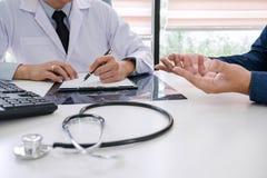Professor de arts adviseert rapport een methode met patiënt treatmen stock afbeelding