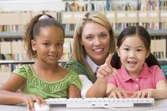 Professor de jardim de infância que senta-se com crianças Foto de Stock Royalty Free
