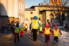 Professor de um jardim de infância com grupo de crianças em uma caminhada Foto de Stock