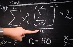 Professor, der Formeln zeigt stockbilder