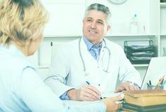 Professor do colega do treinamento da medicina imagens de stock