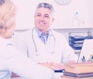 Professor do colega do treinamento da medicina imagem de stock