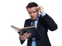 Professor do professor do homem que lê o livro antigo Fotografia de Stock Royalty Free