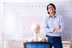 Professor do qu?mico e esqueleto masculinos novos do estudante imagem de stock royalty free