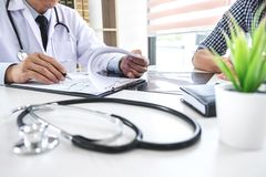 Professor Doctor, das Gespräch mit Patienten hat und x hält stockbild
