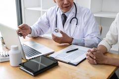 Professor Doctor, das mit dem Patienten bespricht etwas und die Behandlungsmethoden, Auswirkungen auf Bericht darstellend empfehl stockfotos
