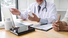Professor Doctor die geduldig raadplegen besprekend iets en adviseert behandelingsmethodes, die resultaten op rapport voorstellen stock afbeeldingen