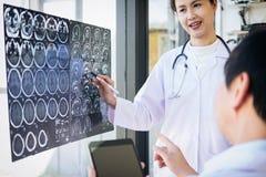 Professor Doctor Diskussionsund Beratungsmethode mit Patienten t Lizenzfreies Stockfoto