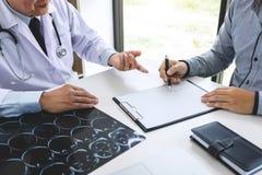 Professor Doctor empfehlen Behandlungsmethode mit Patienten und hol lizenzfreie stockfotos