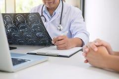 Professor Doctor het rapport en adviseert een methode met geduldige trea stock foto's