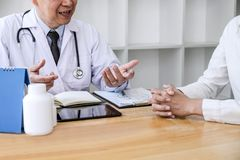 Professor Doctor que consulta com o paciente que discute algo e para recomendar os métodos de tratamento, apresentando resultados imagem de stock royalty free