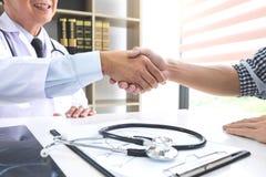 Professor Doctor que tem a agitação das mãos com o paciente após o recomme fotografia de stock royalty free