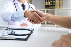 Professor Doctor que tem a agitação das mãos com o paciente após o recomme imagens de stock