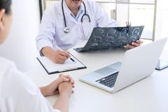 Professor Doctor report and recommend a method with patient treatment, results on brain x-ray film About the problem. Of the patient royalty free stock images