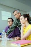 Professor e estudantes em um computador Foto de Stock