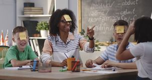 Professor e estudantes em uma sala de aula video estoque