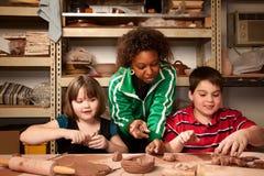 Professor e estudantes no estúdio da argila Fotografia de Stock