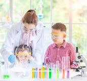 Professor e estudantes no laboratório, flutuador do fumo para fora foto de stock