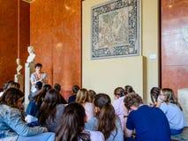 Professor e estudantes no Louvre Fotos de Stock