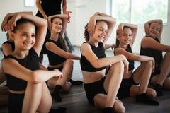 Professor e grupo de crian?as que exercitam a dan?a e o bailado na escola de dan?a foto de stock royalty free