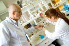 Professor e seu assistente no laboratório Fotos de Stock