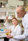 Professor e seu assistente no laboratório imagens de stock