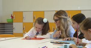 Professor e uma pintura da menina da escola na lição criativa Metragem 4k de alta qualidade video estoque