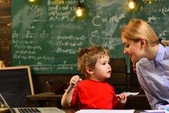 Professor en school de student bij het klaslokaal in een school, Charismatische leraren is greateverybody liefdes hen, Leraar stock foto's