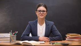 Professor fêmea bem sucedido novo que olha à câmera, reforma da educação, ocupação filme