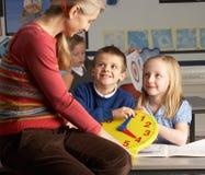 Professor fêmea em crianças de ensino da escola preliminar Imagens de Stock Royalty Free