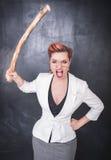 Professor gritando irritado com a vara de madeira no backgrou do quadro-negro fotografia de stock royalty free