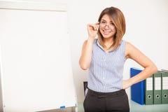 Professor latino-americano bonito em uma sala de aula Fotos de Stock
