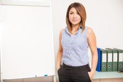 Professor latino bonito em uma sala de aula Imagens de Stock