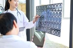 Professor método de discussão e de consulta de Doctor com paciente t Imagem de Stock Royalty Free