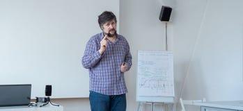 Professor mit Bart und Schnurrbart Screensaverwebseite Mann, Lehrerwarnung Lehrer im Freizeitbekleidungsunterricht stockfotos