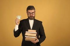 Professor mit strengem Gesichtsausdruck Lehrer hält Stapel von Büchern lizenzfreie stockfotografie