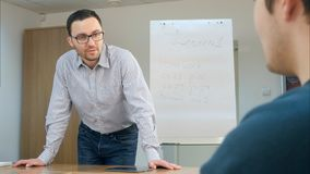 Professor na sala de aula com seus estudantes felizes Fotografia de Stock