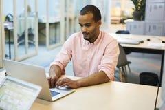 Professor novo e estudante que corrigem a conexão a Internet sem fio livre de utilização de conversa em linha dos erros Imagens de Stock Royalty Free
