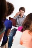 Professor och studenter under grupper Arkivbild