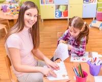 Professor pré-escolar e desenho bonito da menina Fotografia de Stock Royalty Free