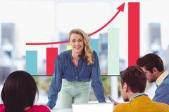 Professor que ensina ao estudante na frente de uma tela digital com gráficos Foto de Stock Royalty Free