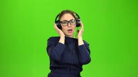 Professor que escuta a música em fones de ouvido Tela verde filme