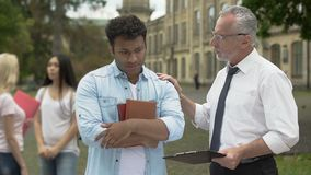 Professor que fala com estudante latino-americano que teste, apoio e auxílio falhados filme