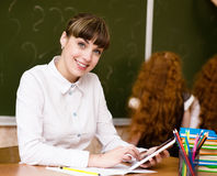 Professor que guarda um tablet pc na sala de aula Fotografia de Stock