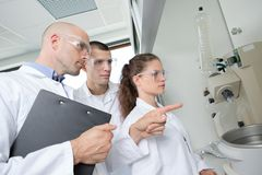 Professor que mostra o equipamento aos estudantes da ciência fotos de stock