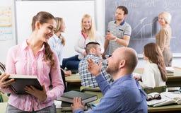 Professor som konsulterar olika ålderstudenter royaltyfria foton